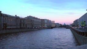 Panorama van St. Petersburg, Rusland, met Paleisbrug over Neva-rivier stock videobeelden