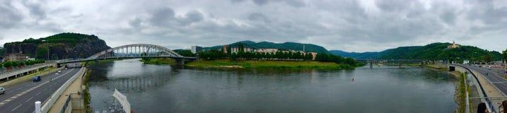 Panorama van stad met rivier Stock Foto's