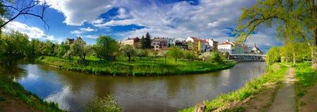 Panorama van stad met rivier Royalty-vrije Stock Afbeeldingen
