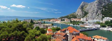 Panorama van stad Omis, Kroatië Stock Foto's