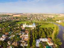 Panorama van stad Suzdal, Rusland Geboorte van Christuskathedraal van de mening van Suzdal het Kremlin van hierboven royalty-vrije stock afbeelding