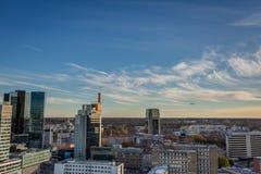 Panorama van Tallin-stadscentrum met landend vliegtuig op achtergrond stock afbeeldingen
