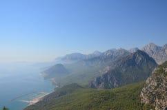 Panorama van Taurus Mountains in een lichte nevel op een zonnige dag stock fotografie