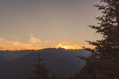 Panorama van terre Di pedemonte en Centovalli van cimetta tijdens zonsondergang royalty-vrije stock foto