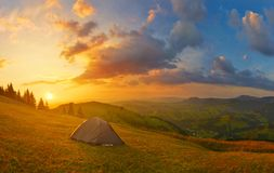Panorama van toeristentent in zonnig hoogland royalty-vrije stock foto