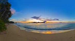 Panorama van tropisch strand bij zonsondergang royalty-vrije stock foto's