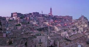 Panorama van typische stenen en kerk van Matera onder de tijdtijdspanne van de zonsonderganghemel stock footage
