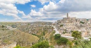 Panorama van typische stenen Sassi di Matera en kerk van het Europese Kapitaal van Unesco van Matera van Cultuur 2019 onder blauw stock videobeelden