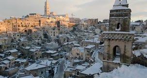 Panorama van typische stenen Sassi di Matera en kerk van Matera 2019 met sneeuw op het huis, concept reis en stock footage