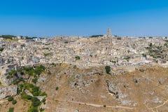 Panorama van typische stenen Sassi di Matera en kerk van het Europese Kapitaal van Unesco van Matera van Cultuur 2019 onder blauw Stock Foto's