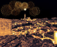 Panorama van typische stenen Sassi di Matera en kerk van Matera bij nacht Royalty-vrije Stock Foto's