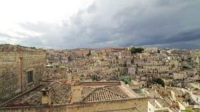 Panorama van typische stenen (Sassi di Matera) en kerk van Matera onder blauwe hemel stock footage
