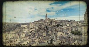 Panorama van typische stenen Sassi di Matera en kerk van Matera onder blauwe hemel, oude uitstekende retro stock footage