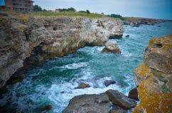 Panorama van Tyulenovo-het Overzees van Bulgarije van het klippenstrand Stock Fotografie