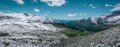 Panorama van vallei Valle D ` Aosta Stock Fotografie