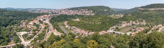 Panorama van Veliko Tarnovo van boven op herstelde kathedraal binnen wordt genomen die Stock Fotografie