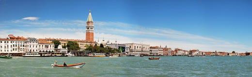 Panorama van Venetië en Campanile stock afbeeldingen