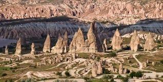Panorama van verbazende zandsteenvormingen in Cappadocia, Turkije royalty-vrije stock foto's