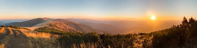 Panorama van verbazende zonsopgang op bergrand Stock Fotografie