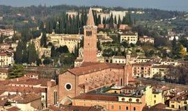 Panorama van Verona met de gotische kerk en Heilige P van Sant'Anastasia stock foto