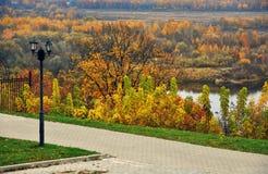 Panorama van Vladimir-stad, Rusland De aard van de herfst Lange schaduwen en blauwe hemel stock foto's