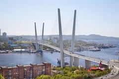 Panorama van Vladivostok. Gouden brug. Rusland Stock Fotografie