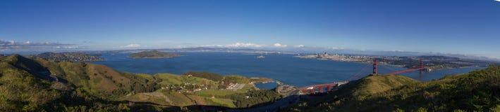 Panorama van volledig San Francisco Bay van boven op het Golden Gate Nationale Recreatieve Gebied met een mening van Golden gate b royalty-vrije stock afbeeldingen