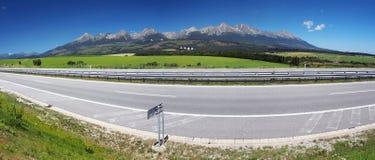 Panorama van weg en Hoge Tatras Stock Foto's