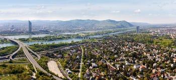 Panorama van Wenen met de Rivier & het Eiland van Donau (trek aan Stock Afbeeldingen