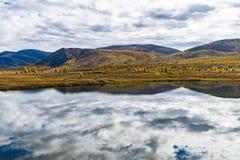 Panorama van wild bosmeer in de herfstseizoen, Rusland royalty-vrije stock foto