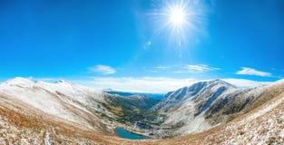 Panorama van witte bergen royalty-vrije stock afbeeldingen