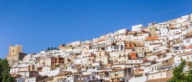 Panorama van witte huizen en kasteel in Alcala del Jucar royalty-vrije stock fotografie