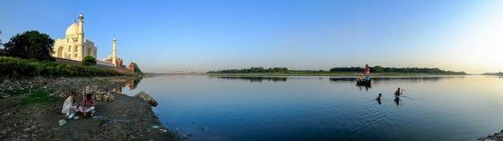 Panorama van Yamuna-Rivier met Taj Mahal Stock Foto's