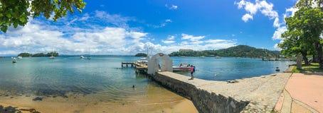 Panorama van zonnige warme overzeese kust Royalty-vrije Stock Foto