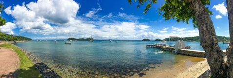 Panorama van zonnige warme overzeese kust Stock Afbeeldingen