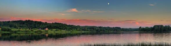 Panorama van zonsondergang over de rivier Royalty-vrije Stock Foto's