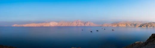 Panorama van Zonsondergang over Fjorden dichtbij Khasab in Oman stock afbeelding