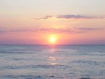 Panorama van zonsopgang op oceaan met oranje hemel royalty-vrije stock afbeelding