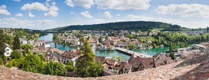 Panorama van Zwitserse stad Schaffhausen Rivier Rijn royalty-vrije stock foto's
