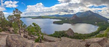Panorama vanaf de bergbovenkant van Meer Borovoye kazachstan Royalty-vrije Stock Afbeelding
