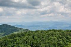 Panorama vanaf de bovenkant van berg aan vele bergpieken rond Royalty-vrije Stock Afbeelding