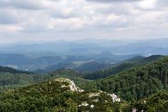 Panorama vanaf de bovenkant van berg aan vele bergpieken rond Royalty-vrije Stock Foto