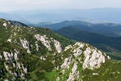 Panorama vanaf de bovenkant van berg aan vele bergpieken rond Stock Afbeeldingen