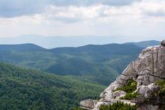 Panorama vanaf de bovenkant van berg aan vele bergpieken rond Stock Afbeelding