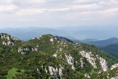 Panorama vanaf de bovenkant van berg aan vele bergpieken rond Royalty-vrije Stock Afbeeldingen
