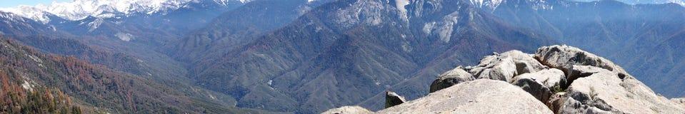 Panorama vanaf de Bovenkant van Moro Rock in Sequoia Nationaal Park die Bergen en Valleien overzien royalty-vrije stock fotografie