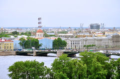 Panorama Vasilyevsky wyspa z dziejowymi budynkami i wodny teren Neva rzeka w świętym Petersburg, Rosja - widok od h Zdjęcie Stock