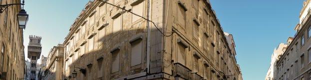 Panorama vecindad central de Lisboa, de Baixa, fachadas y Elevador de Santa Justa Fotos de archivo