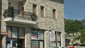 Panorama vertical del edificio de la albañilería con el pequeño colmado, opinión de la calle almacen de metraje de vídeo