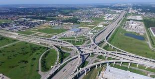 Panorama- vertikal siktsKaty motorväg mellanstatliga 10 med klar bl royaltyfria foton